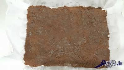 ریختن پایه کیک در درون قالب چرب برای طرز تهیه چیز کیک