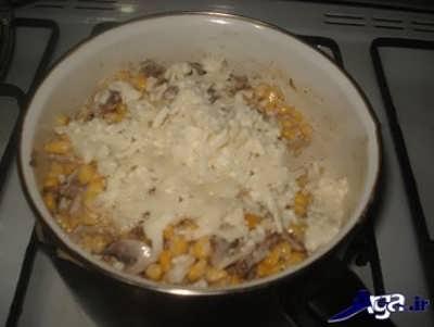 اضافه کردن پنیر پیتزا به ذرت مکزیکی