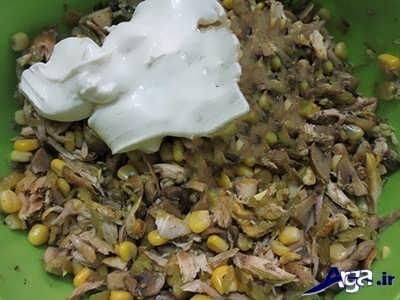 اضافه کردن سس مایونز به سالاد قارچ