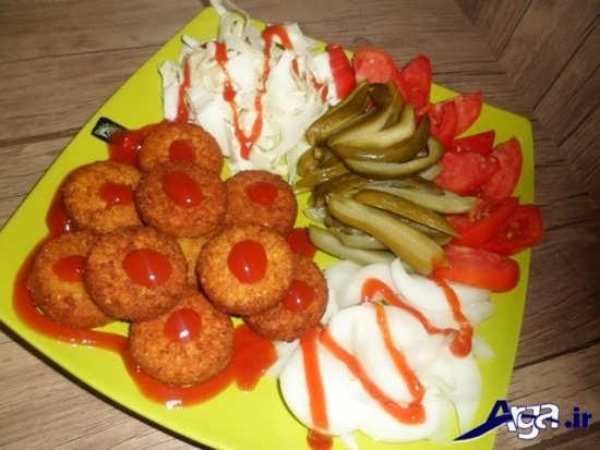 تزیین خلاقانه فلافل با خیار شور و گوجه