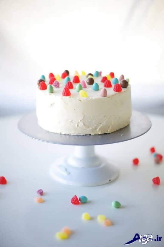 تزیین کیک با خامه و شکلات های رنگی