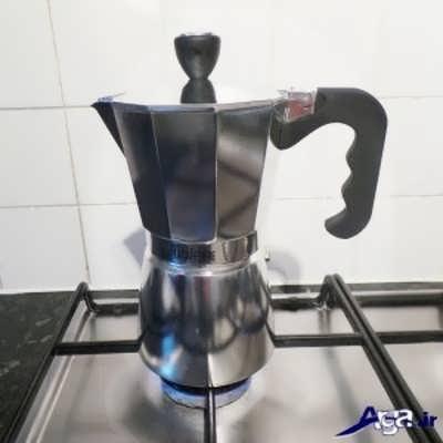 قرار دادن قوری موکاپات بر روی اجاق گاز برای تهیه قهوه اسپرسو