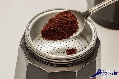 ریختن قهوه در درون سبد قوری