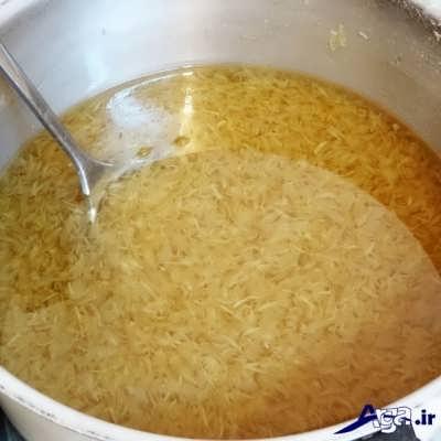 اضافه کردن شکر و گلاب به مربای بهار نارنج