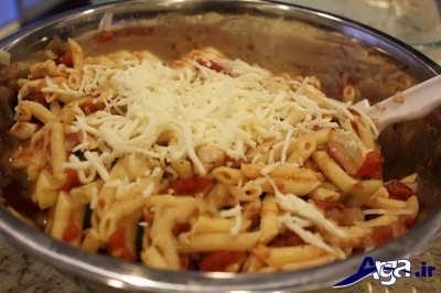 اضافه کردن پنیر پیتزا به ماکارونی