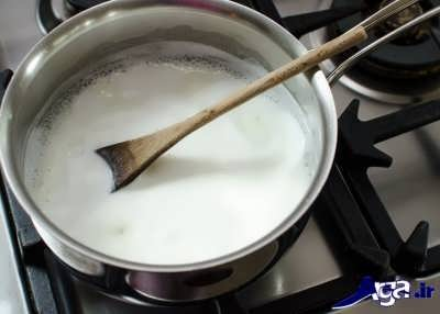 قرار دادن مخلوط نشاسته و شکر و شیر بر روی حرارت گاز