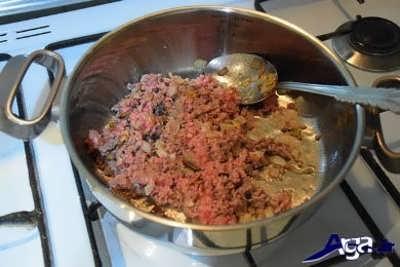 اضافه کردن گوشت چرخ کرده به پیاز