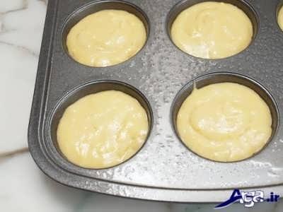 ریختن مایه کیک مافین در درون قالب های مافین