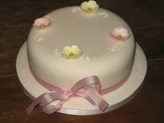 تزیین کردن کیک با شکوفه های رنگی