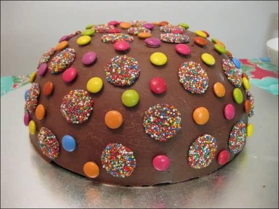 تزیین کیک با شکلات های رنگی