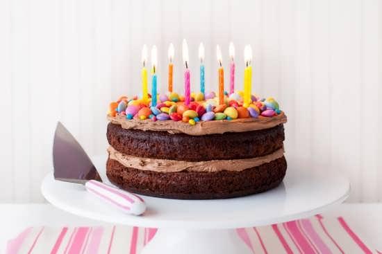 تزیین کیک با شمع های رنگی ساده