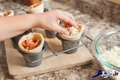 پر رکدن قیف های پیتزا با پنیر پیتزا و مواد دلخواه