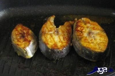 سرخ کردن ماهی شیر در درون تابه