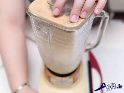 مخلوط کردن شیر و موز و یخ در درون مخلوط کن