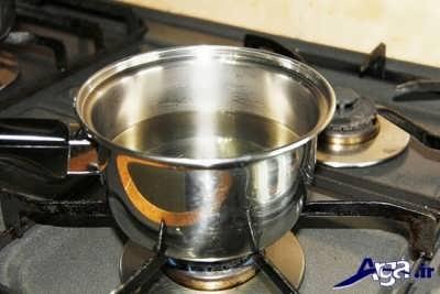 قرار دادن مخلوط شکر و آب و گلاب بر روی گاز