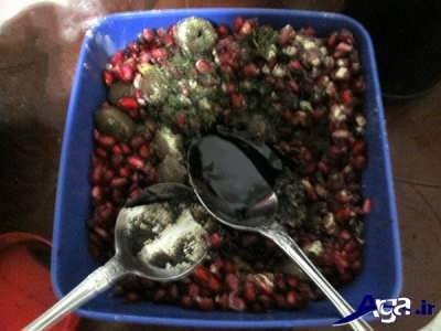 مخلوط کردن زیتون با دانه انار و رب انار و نعنا خشک و گردو خرد شده