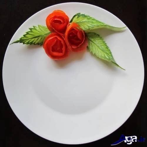 دورچین بشقاب غذا با خیار و گوجه تزیین شده