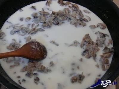 اضافه کردن شیر به مواد چیکن استراگانف