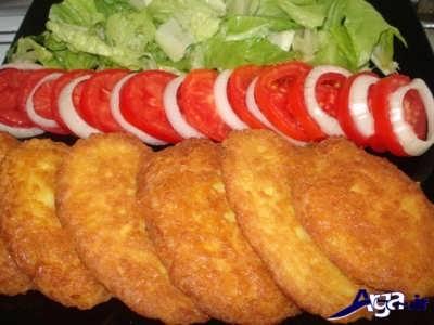 تزیین کوکو سیب زمینی با کاهو و گوجه