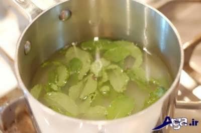 ریختن برگ نعنا در درون مخلوط شکر و آب
