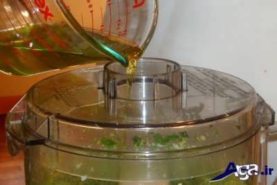 اضافه کردن روغن زیتون به سس پستو