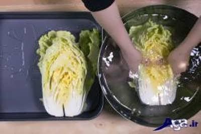 قرار دادن کاهو کیمچی در درون آب و نمک