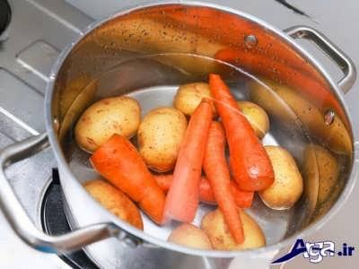 آب پز کردن سیب زمینی و هویج