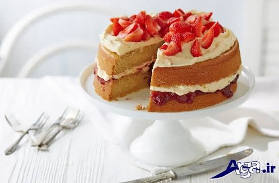 تزیین کیک اسفنجی با خامه و توت فرنگی