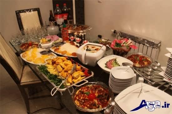 چیدمان غذا های تزیین شده بر روی میز شام