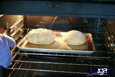 قرار دادن سینی نان خانگی در درون فر