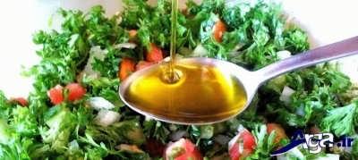 اضافه کردن روغن زیتون به سالاد تبوله