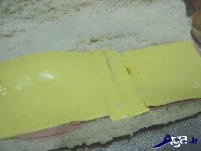 قرار دادن پنیر گودا بر روی لایه های کالباس