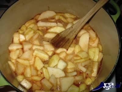 پختن سیب خرد شده در درون قابلمه