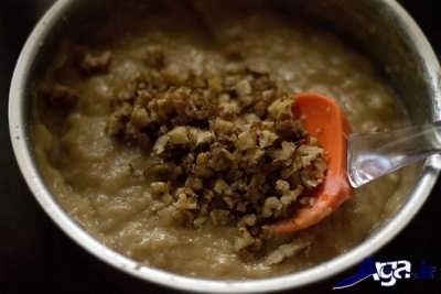 اضافه کردن گردو خرد شده به مایع کیک