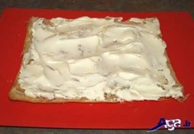 ریختن خامه بر روی نان شیرینی