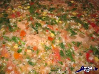 اضافه کردن سبزی آش و گوجه به آش گوجه