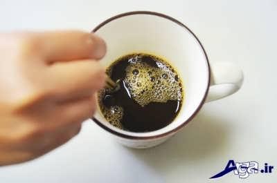 ریختن قهوه بر روی سس شکلاتی