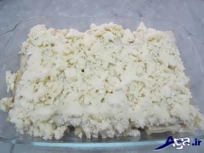 ریختن پنیر پیتزا بر روی لازانیا لقمه ای