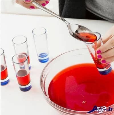 ریختن ژله قرمز حل شده در درون لیوان