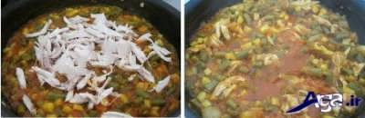 اضافه کردن مرغ ریش ریش به مواد لوبیا پلو