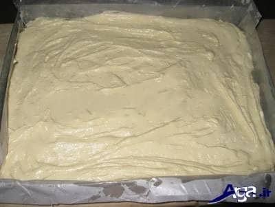 ریختن مایه کیک در درون قابل فر