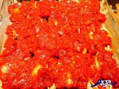 ریختن سس گوجه بر روی پاستاهای صدفی