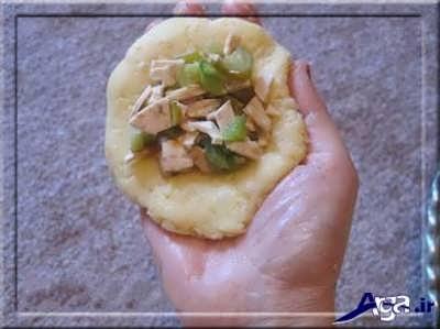 قرار دادن مغز سالاد توپی در وسط سیب زمینی