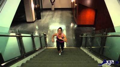 حرکت بالا رفتن از پله تمرین هوازی