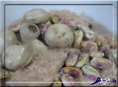 اضافه کردن قارچ و پسته به مایه ژامبون