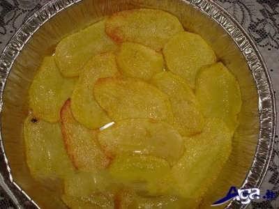 چیدن سیب زمینی ها در درون ظرف فویل