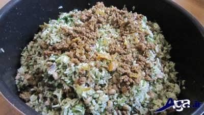 اضافه کردن مخلوط مواد گوشتی به لوبیا پلو