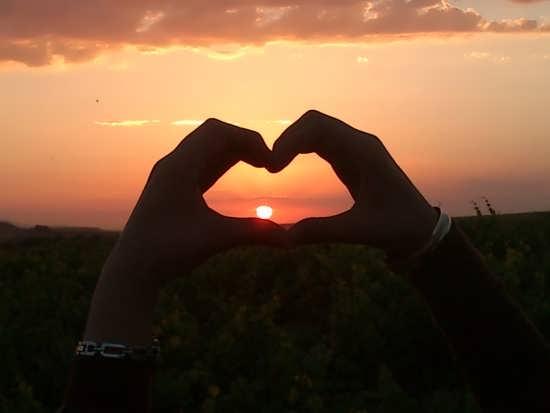 عکس قلب با دست برای پروفایل شبکه اجتماعی