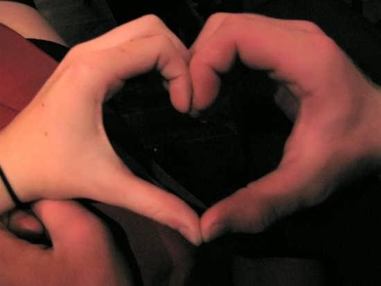 عکس قلب های زیبا با دست برای پروفایل
