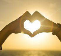 عکس قلب با دست برای پروفایل با ایده های خلاقانه